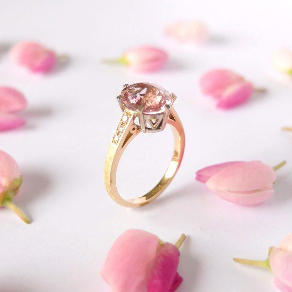 Pierścionek z różowym turmalinem i brylantami - żółte i białe złoto