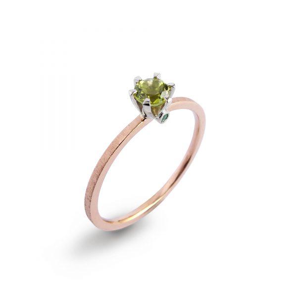 Pierścionek zaręczynowy na szynie z różowego złota z peridotem i dwoma szmaragdami w oprawce z białego złota