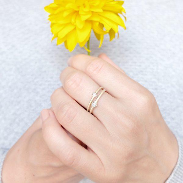 Bee złote pierscionki z brylantem 1.75mm i 2.5mm prezentowane na palcu - Marcin Czop Autorska Pracownia Biżuterii -gp1