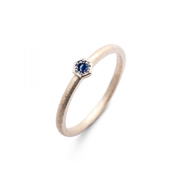 Bee Blue złoty pierścionek zaręczynowy z szafirem 2.5mm w heksagonalnej oprawce - Marcin Czop Autorska Pracownia Biżuterii