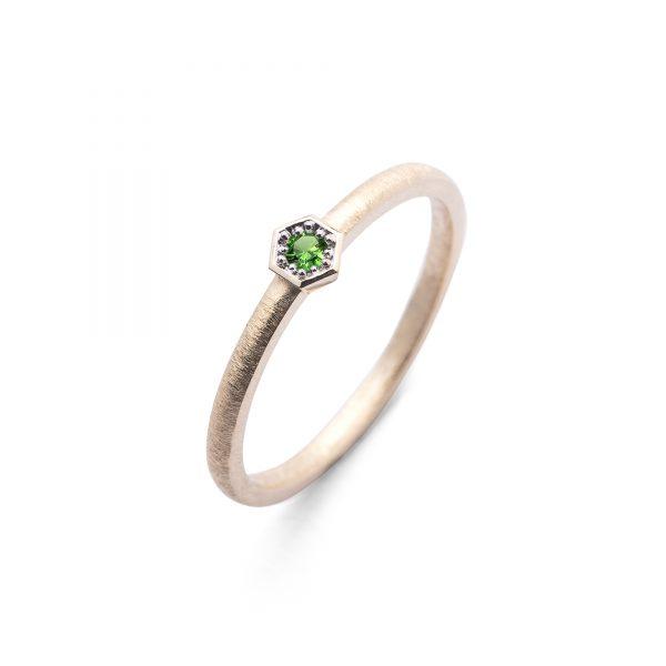 Bee Green złoty pierścionek ze szmaragdem 2.5mm w heksagonalnej oprawce - Marcin Czop Autorska Pracownia Biżuterii