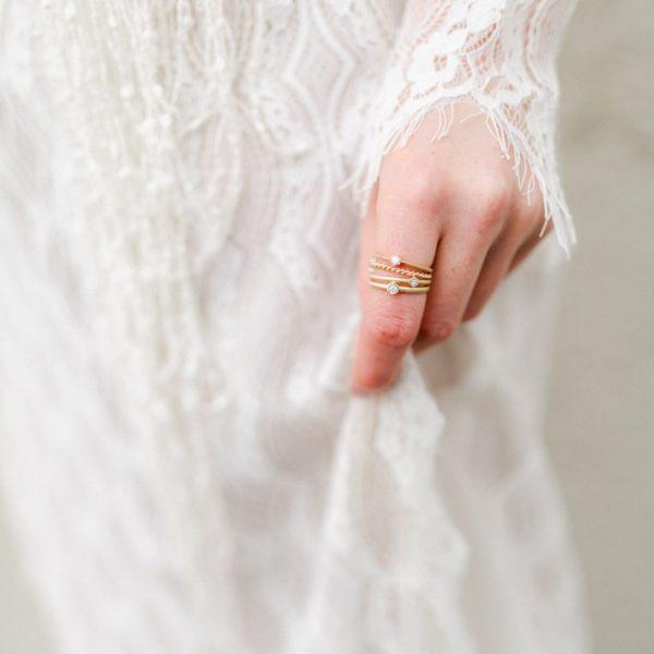 Bee złote pierscionki z brylantem - stylizacja z suknią ślubną Joanny Niemiec- Marcin Czop Autorska Pracownia Biżuterii -gp3