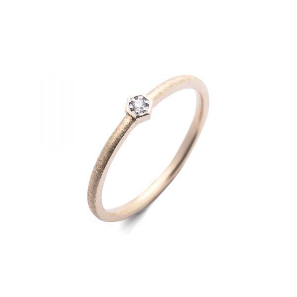 Bee złoty pierścionek z brylantem 1.75mm w heksagonalnej oprawce - Marcin Czop Autorska Pracownia Biżuterii
