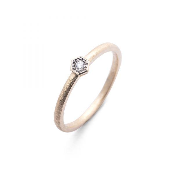 Bee złoty pierścionek zaręczynowy z brylantem 2.5mm w heksagonalnej oprawce - Marcin Czop Autorska Pracownia Biżuterii