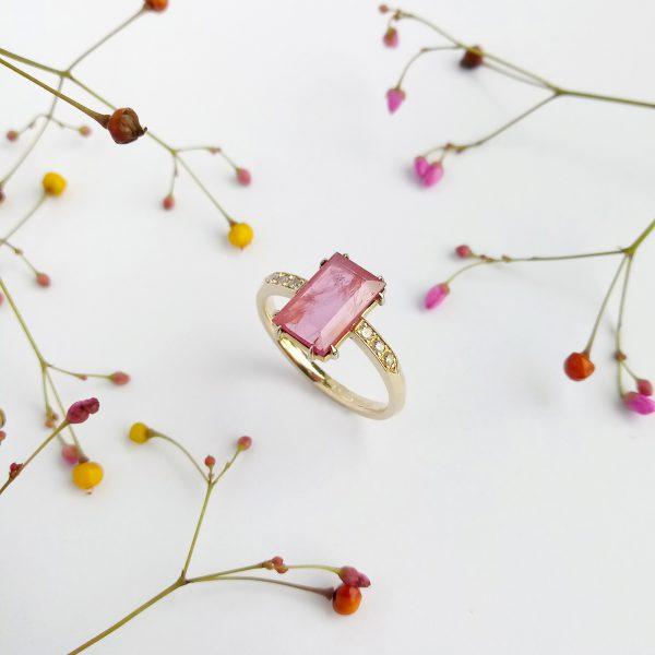 Pink złoty pierścionek z rubinem i brylantami fancy pink - Marcin Czop Autorska Pracownia Biżuterii