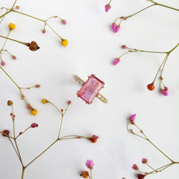 Pink złoty pierścionek z rubinem i brylantami fancy pink - Marcin Czop Autorska Pracownia Biżuterii -gp1