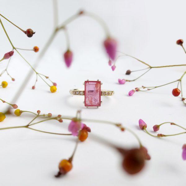 Pink złoty pierścionek z rubinem i brylantami fancy pink - Marcin Czop Autorska Pracownia Biżuterii -gp2